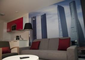 Sala de estar con cojines de color rojo y vistas