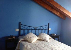 Dormitorio de matrimonio abuhardillado en azul