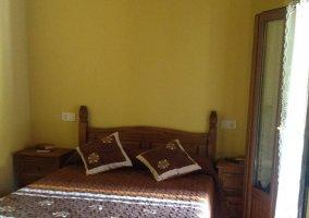 Dormitorio de matrimonio en amarillos y marrones