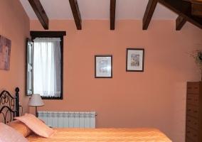 Dormitorio doble con vigas de madera vista
