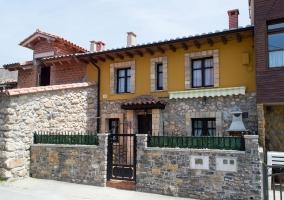 Acceso a la casa con fachada en color amarillo