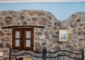 Dormitorio doble con colchas azules