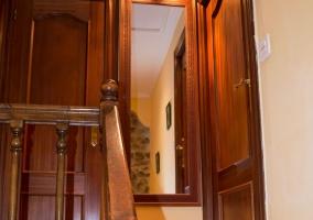 Escaleras en madera y espejo