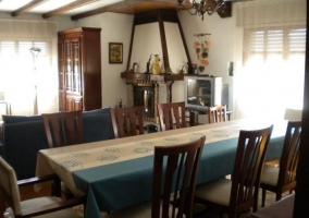 Sala de estar con chimenea encendida y muebles de madera