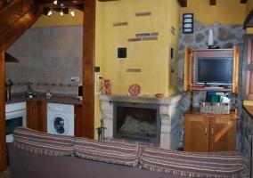 Sala de estar con chimenea y tele en un mueble de madera
