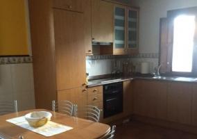 Cocina comedor con muebles de madera.JPG