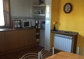 Cocina de la casa con mesa en el centro.JPG