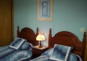 Dormitorio doble con luz encendida
