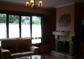 Sala de estar con chimenea y sillones con mesa