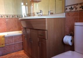Aseo de la casa con mueble de madera