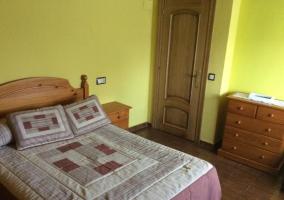 Dormitorio de matrimonio con aparador de madera