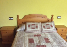 Dormitorio de matrimonio con cojines