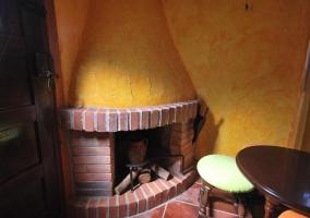 Sala de estar con la chimenea haciendo esquina