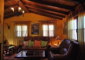 Sala de estar con sillones de cuero de colores marrones