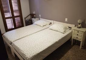 Dormitorio doble de la casa con mesilla en blanco