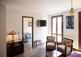 Sala de estar con sillones tapizados