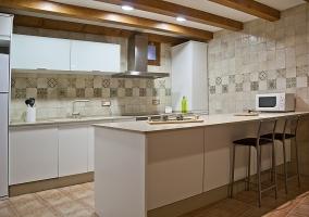 Cocina office con encimera en tonos claros