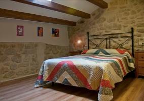 Dormitorio de matrimonio abuhardillado con vigas