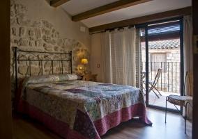 Dormitorio de matrimonio con balcones