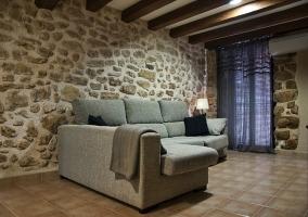 Sala de estar junto a la cocina con taburetes