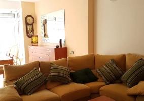 Sala de estar y mesa de comedor en madera con su conjunto de sillas