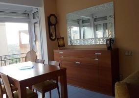 Sala de estar y comedor con mesa de madera