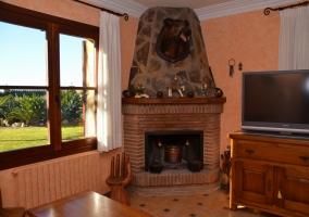 Amplio porche de la casa con techo de madera