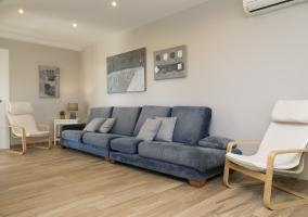 Sala de estar coon sillones grises y chimenea