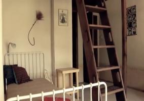Cama individual y escaleras