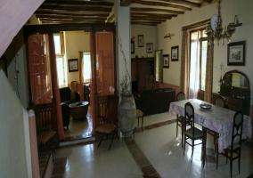 Comedor y salón junto a escaleras
