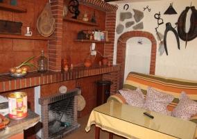 Sala de estar con chimenea y tele delante