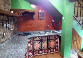 Cocina con menaje y campana en verde