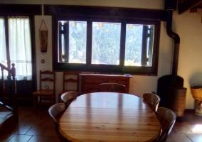 Comedor junto a la cocina y ventanas