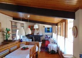 Sala de estar con la chimenea frente a los sillones