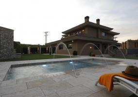 Amplios espacios exteriores con piscina