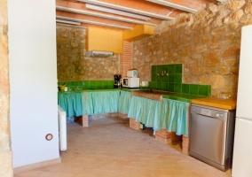 Cocina de la casa con azulejos en verde