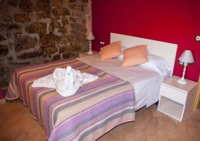 Dormitorio de matrimonio con tonos lilas amplio