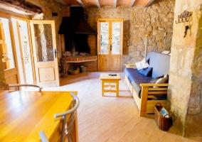 Sala de estar con chimenea en la esquina y sillones