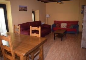 Sala de estar con mesa de madera y la chimenea