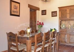 Sala con mesa y mueble de madera