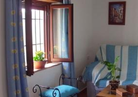 Sofá azul y blanco en el dormitorio