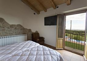 Dormitorio doble con tele de plasma y vistas del exterior