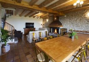 Sala de estar con mesa de comedor y chimenea