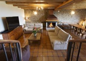 Sala de estar con zona de comedor y mesa alargada