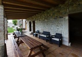 Vistas de la terraza con mesas y bancos