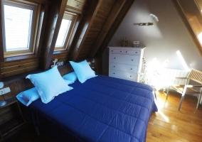 Dormitorio abuhardillado con mueble blanco