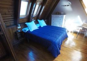 Dormitorio abuhardillado con suelos de madera
