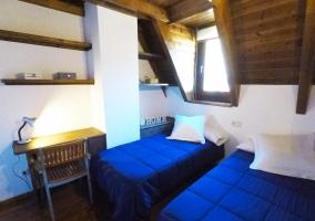 Dormitorio con varias camas y ventana