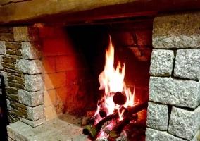 Sala de estar y la chimenea encendida