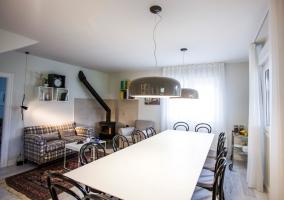 Comedor con espacio de estar y chimenea